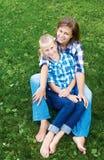 Bambino e concetto felice del genitore - abbracciare madre e figlia fotografie stock libere da diritti
