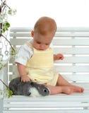 Bambino e coniglietto su oscillazione Fotografie Stock Libere da Diritti