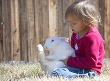 Bambino e coniglio Fotografia Stock Libera da Diritti