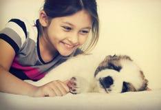 Bambino e cucciolo Immagini Stock Libere da Diritti