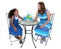 Bambino e donna che ripartono limonata alla Tabella dei bistrot Fotografie Stock