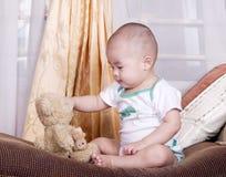 Bambino e giocattolo immagine stock