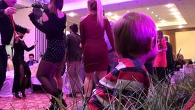 Bambino e la gente di dancing stock footage