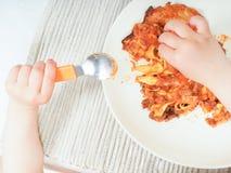 Bambino e lasagne al forno Fotografia Stock