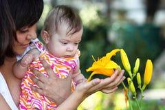 Bambino e Lilly giallo immagine stock