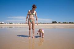Bambino e madre alla riva di mare Immagine Stock Libera da Diritti