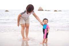 Bambino e madre cinesi asiatici sulla spiaggia Fotografia Stock Libera da Diritti