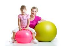 Bambino e madre con la palla di forma fisica Fotografia Stock Libera da Diritti