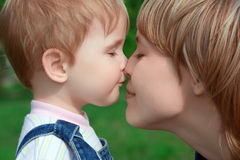 Bambino e madre felici della famiglia Fotografie Stock