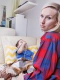 Bambino e madre malati Chid malato con il nebulizzatore pediatrico Il bambino con asma o la bronchite ha difficoltà che respira fotografia stock