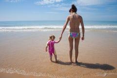 Bambino e madre posteriori all'oceano Fotografia Stock Libera da Diritti