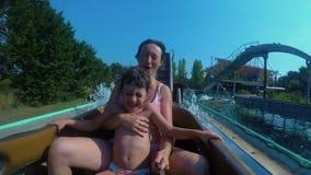 Bambino e madre su una barca nel movimento lento FDV dello slidewater stock footage