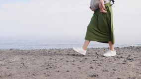 Bambino e madre sul mare al giorno di estate Famiglia felice che cammina sulla natura all'aperto Bambino in uno zaino del traspor archivi video