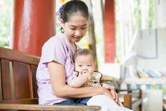 Bambino e mamma Immagini Stock
