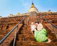 Bambino e mamma che scalano sulla pagoda di Shwesandaw in Bagan myanmar immagine stock libera da diritti