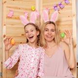 Bambino e mamma che tengono un canestro con le uova di Pasqua Fotografie Stock