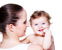 Bambino e mamma di risata Fotografia Stock