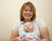 Bambino e mamma svegli immagini stock libere da diritti