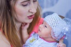 Bambino e mamma svegli mom fotografia stock libera da diritti