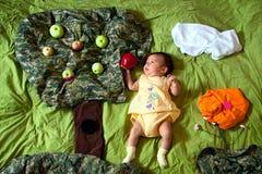 Bambino e mela rossa nella fiaba Immagine Stock