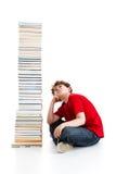 Bambino e mucchio dei libri Immagini Stock