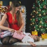 Bambino e mummia svegli vicino all'albero di Natale Nuovo anno 2017 Immagini Stock