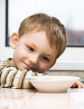 Bambino e porridge fotografia stock libera da diritti
