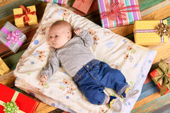 Bambino e presente variopinti Fotografia Stock