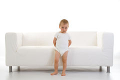 Bambino e sofà Fotografie Stock