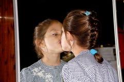 Bambino e specchio Immagini Stock