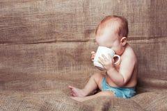 Bambino e tazza della ragazza immagini stock