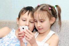 Bambino e telefono Fotografia Stock Libera da Diritti