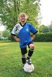 Bambino e una sfera di calcio immagini stock