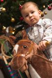 Bambino ed albero di Chirstmas fotografie stock libere da diritti