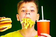 Bambino ed alimenti a rapida preparazione. Immagini Stock