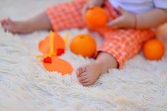 Bambino ed arancia Fotografie Stock