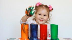 Bambino ed esperimento di scienza Spettacolo per i bambini Istruzione prescolastica Bevande multicolori Una bambina sveglia archivi video