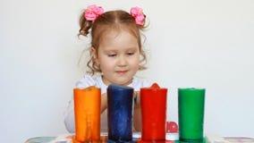 Bambino ed esperimento di scienza Spettacolo per i bambini Istruzione prescolastica Bevande multicolori Una bambina sveglia video d archivio