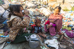 Bambino ed i suoi genitori durante il pranzo nella rottura fra lavorare allo scarico Immagine Stock Libera da Diritti
