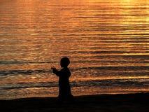 Bambino ed il mare dorato Fotografia Stock