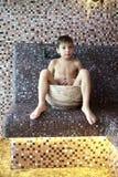 Bambino in età prescolare che si siede nel bagno turco immagine stock