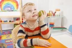 Bambino in età prescolare con la mela Fotografia Stock