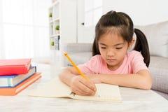 Bambino in età prescolare femminile sveglio bello che studia l'inglese Immagine Stock