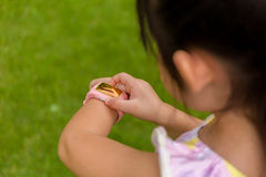 Bambino facendo uso di Smartwatch o orologio/bambino astuti con Smartwatch o Sma Immagine Stock