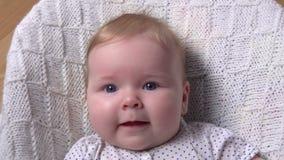 Bambino favorito felice che si trova sulla coperta e sulle risate archivi video