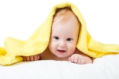 Bambino felice adorabile in asciugamano fotografia stock libera da diritti
