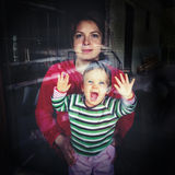 Bambino felice alla finestra Fotografia Stock Libera da Diritti