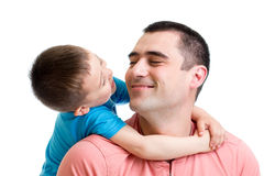 Bambino felice che abbraccia suo padre isolato Fotografia Stock