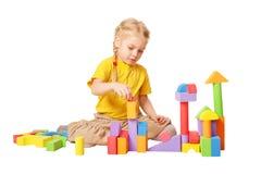 Bambino felice che costruisce le case dai blocchi Fotografie Stock Libere da Diritti