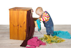 Bambino felice che disimballa i vestiti Fotografia Stock Libera da Diritti